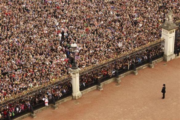 Hàng nghìn người đã đổ xô tới quảng trường trước cing điện Buckingham để tận mắt chứng kiến lễ kết hôn của Thái tử William và Kate Middleton.