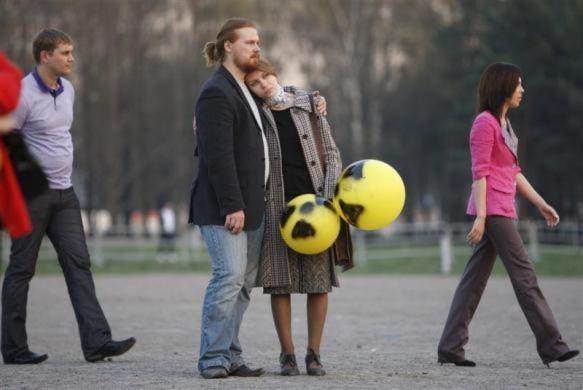 Một cặp vợ chồng cầm hai quả bóng bay với biểu tượng hạt nhân trong lễ tưởng niệm những nạn nhân trong vụ nhà máy điện hạt nhân Chernobyl cách đây 25 năm.