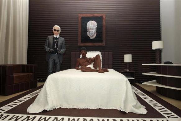 Nhà thiết kế nổi tiếng Karl Lagerfeld bên cạnh mẫu người được làm từ sô-cô-la.