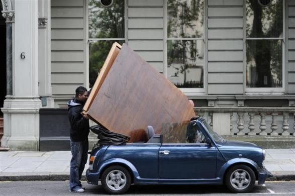Một thanh niên trở đồ bằng chiếc ô tô mini ở London.