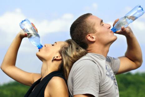 Lợi ích của việc uống nước trước và sau khi ngủ