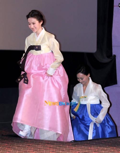 """Lưu Diệc Phi """"toát mồ hôi hột"""" khi mặc Hanbok"""