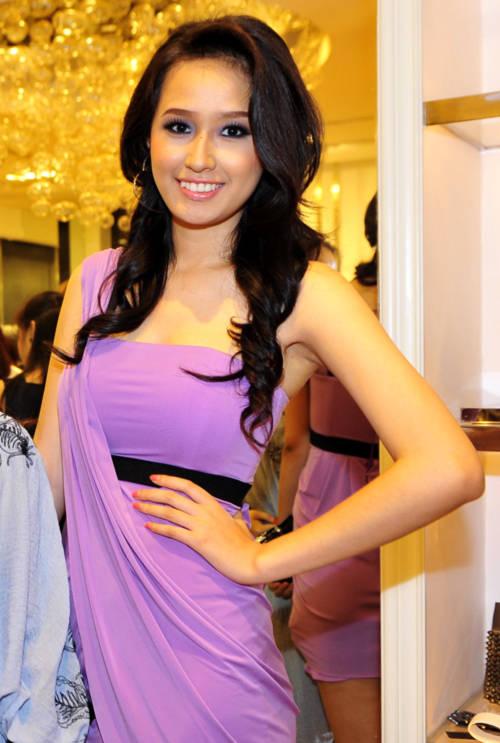 Hoa hậu Việt Nam 2006 tươi tắn khi khoe sắc trong váy tím.