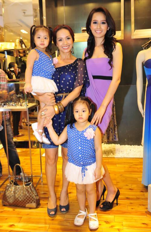 Người đẹp chụp ảnh cùng Thúy Hạnh và hai công chúa Suli, Suti.