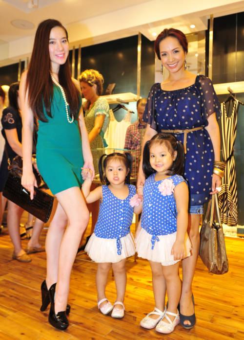 Chung Thục Quyên cũng tranh thủ chụp ảnh với bà mẹ và hai cô con gái.