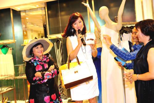 Đặc biệt, cựu hoa khôi Thu Hương rất khéo léo trong việc thu hút các người đẹp tham gia đấu giá từ thiện. Cuối buổi, số tiền thu được từ đấu giá và shopping của các người đẹp là 70 triệu.