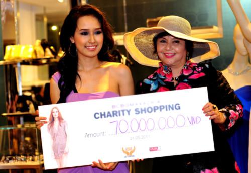 Mai Phương Thúy vinh dự là người đại diện trao số tiền cho hội từ thiện Lady Luxury.