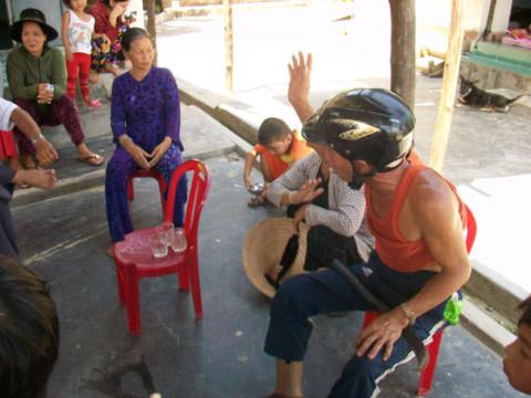 Một số người dân Sơn Trà cầm theo rựa, dao mỗi khi ra khỏi nhà để phòng hờ bất ngờ gặp mãnh thú