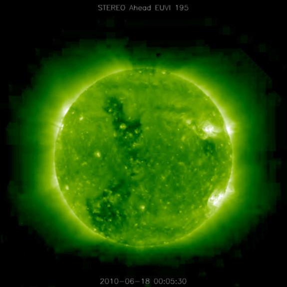Ánh hào quang từ mặt trời phát ra với cường độ mạnh. Ảnh được ghi lại ngày 09/03/2011.