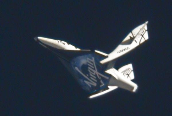 Hình ảnh tàu vũ trụ thương mại SpaceShipTwo của công ty Virgin Galactic thử nghiệm bay lần thứ hai thành công. Trong lần thử nghiệm này, SpaceShipTwo được máy bay 'mẹ' đưa lên độ cao gần hơn 15 km và lao về hướng Trái đất theo phương thẳng đứng.
