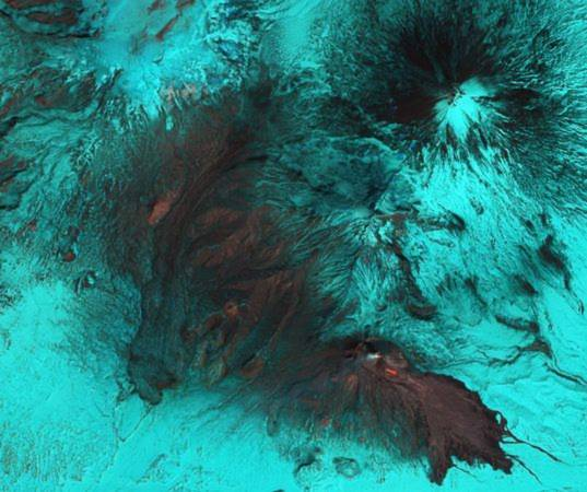 Vệ tinh của Cơ quan vũ trụ Mỹ (NASA) đã ghi lại hình ảnh núi lửa Bezymianny (Nga) phun trào vào ngày 22/4 vừa qua. Núi lửa Bezymianny, được bao phủ phần lớn bởi băng tuyết, bất ngờ hoạt động trở lại vào ngày 14/4. Những phần màu xám trong ảnh là đá và nham thạch phun trào, trong khi, phần màu xanh là băng bao phủ.