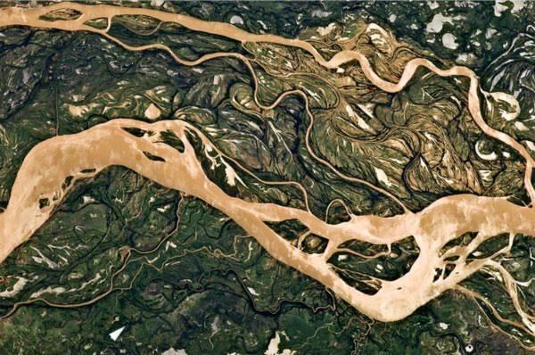 Bùn đất đổ về dòng sông Paraná ở gần thành phố Goya, Argentina sau một trận mưa lớn ở khu vực này vào đầu tháng trước. Hình ảnh này được chụp từ vệ tinh vào ngày 9/4 vừa qua.
