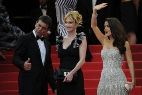 Bức ảnh với sự góp mặt của các ngôi sao đa quốc tịch (từ trái sang): tài tử Tây Ban Nha Antonio Banderas cùng vợ, diễn viên Mỹ Melanie Griffith và cô đào Mexico Salma Hayek