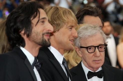 (Từ trái sang) Hai diễn viên Adrien Brody, Owen Wilson và đạo diễn Woody Allen hào hứng ra mắt bộ phim của họ