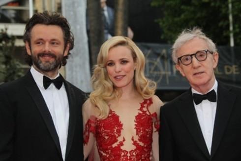 Woody Allen chụp ảnh cùng hai ngôi sao khác trong dàn diễn viên