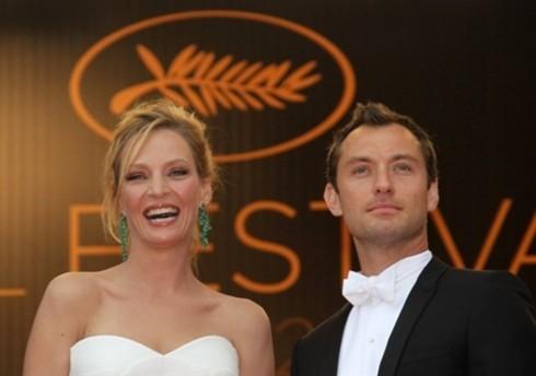 Hai giám khảo Uma Thurman và Jude Law trên thảm đỏ.