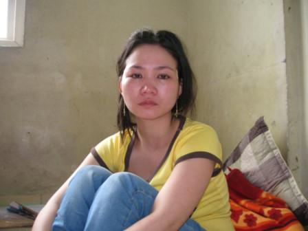 Chị Lê Thị Hà, mẹ cháu Vũ Quốc Linh 3 tuổi vừa bị chính cha đẻ tẩm xăng thiêu đốt.