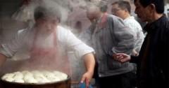 Người Trung Quốc lo trứng gà giả, bánh bao thiu