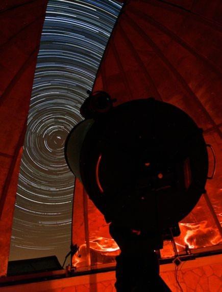 Hình ảnh những ngôi sao trong đêm tuyệt đẹp này được ghi lại bởi một kính thiên văn nghiệp dư ở Iran. Tác giả của bức ảnh này phải mất hai giờ liên tục để ghi lại quỹ đạo di chuyển của những ngôi sao ở Bắc Cực.