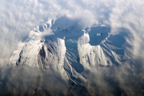 Núi lửa Avachinsky (Nga) cao hơn 2.741 m được bao phủ bởi một lớp tuyết trắng dày đặc. Hình ảnh này được ghi lại bởi một phi hành gia từ trên Trạm không gian quốc tế (ISS).