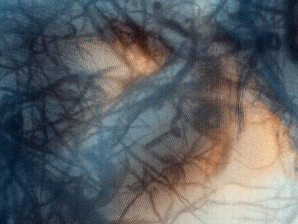 Tàu thăm dò sao Hỏa Mars Reconnaissance Orbiter của Cơ quan vũ trụ Mỹ (NASA) vừa ghi lại được hình ảnh một vùng ở miền nam của hành tinh đỏ, từ độ vao hơn 250 km. Những màu sáng là những cồn cát, phần màu tối là các vật chất dưới bề mặt.