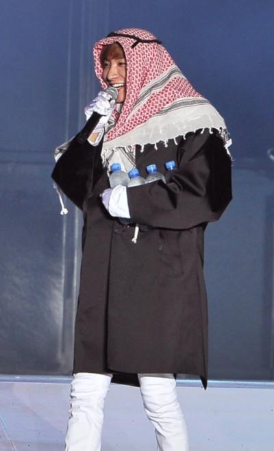 Trưởng nhóm Lee Teuk giới thiệu mình trong màn hóa trang làm hoàng tử Ả Rập.