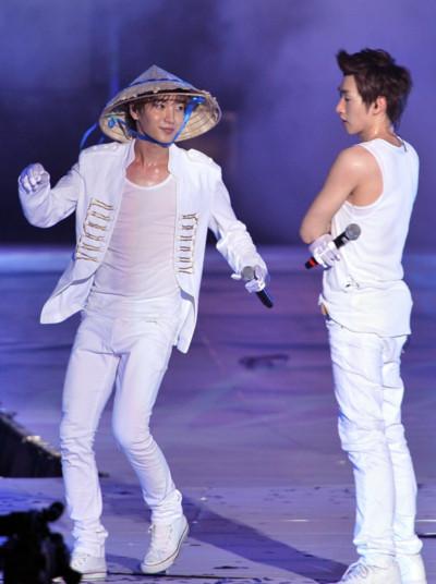 Lee Teuk và Eun Hyuk nghịch ngợm với nón lá Việt.
