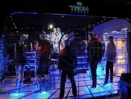 Bộ phim TRON của Disney mở một gian hàng quảng bá trước khi công chiếu, trong đó trưng bày rất nhiều quần áo và phụ kiện bằng kim loại.