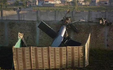 Phần đuôi của chiếc trực thăng còn sót lại bên ngoài khu nhà của Bin Laden. Ảnh: Telegraph