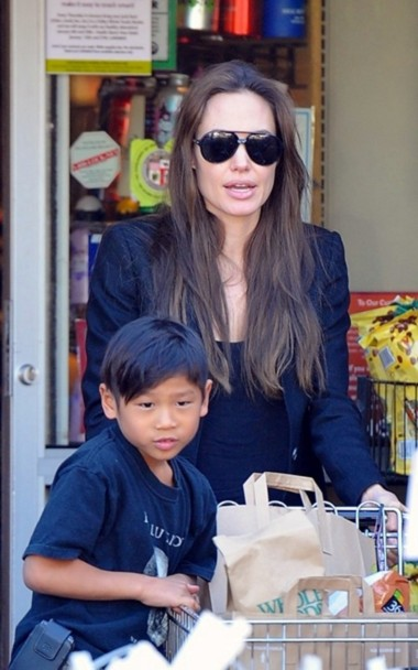 Pax Thien bên mẹ Angelina Jolie. Ảnh: NPG