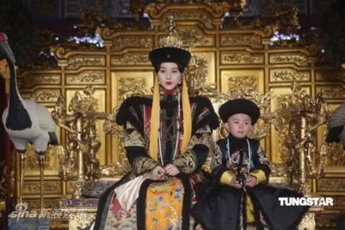 Năm 1912, sau nhiều vòng đàm phán, Hiếu Định đưa ra một chiếu chỉ tuyên bố sự thoái vị của vị ấu vương, Phổ Nghi.