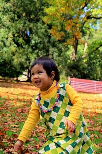 Mùa thu ở Melb khoác lên mình chiếc áo thu vàng óng ả, xen lẫn màu đỏ tạo nên một bức tranh thật là rực rỡ. Tôi đắm chìm vào sắc thu như thể nó là khoảnh khắc lãng mạn nhất mà tôi sẽ nhớ mãi (hình chụp ở Botanic Garden).