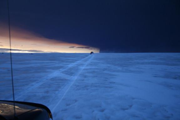 """Sét xuất hiện khi núi lửa """"nghịch"""" nhất Iceland phun trào"""