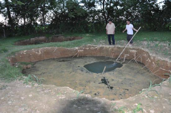 Tận mắt xem hai hố sâu như bể bơi cạnh nhà dân