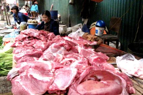 Giá thịt lợn tại hầu hết các chợ đang tăng cao với nguyên nhân được cho là dịch bệnh kéo dài. Ảnh: Tuệ Minh