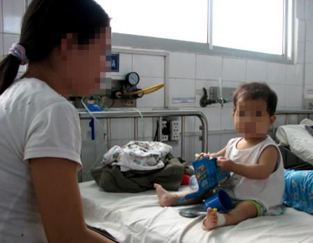 Bệnh nhi tay chân miệng điều trị tại Bệnh viện Nhi Đồng 1. Ảnh: Cao Lâm.