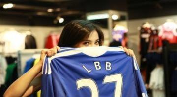 Thủ môn Cech rạng rỡ bên cạnh nữ diễn viên Lý Băng Băng