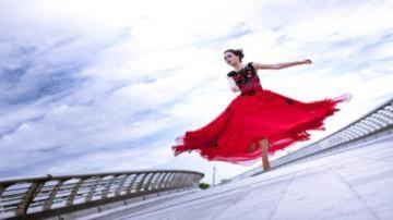 Thúy Vy Victoria bay nhảy trên cầu Ánh Sao