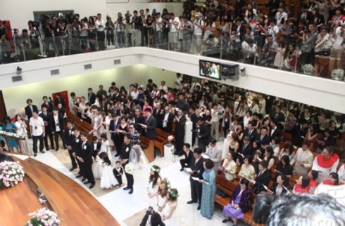 Quang cảnh lễ cưới của cô dâu - nữ ca sĩ Phạm Vĩ Kỳ (Christine Fan) và chú rể - nam diễn viên Trần Kiến Châu