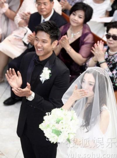 Cô dâu chú rể tươi tắn trước lúc làm lễ.