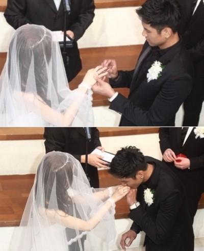 Chú rể chầm chậm đeo nhẫn và hôn tay người vợ yêu dấu.