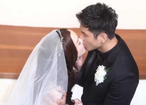 Cả hai trao nhau nụ hôn say đắm.