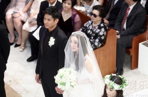 Đôi vợ chồng sắp cưới trông rất đẹp đôi khi đứng bên nhau.