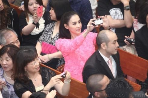 Trương Bá Chi cũng có mặt, cô không ngừng chụp ảnh để ghi lại các khoảnh khắc đẹp trong đám cưới.