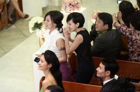 Từ Hy Đệ, em gái của Từ Hy Viên, không giấu được sự háo hức khi đợi đến giờ cử hành hôn lễ.