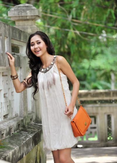 Tường Vy cũng chọn chiếc áo ống trắng giản dị với túi xách màu sắc tươi tắn.