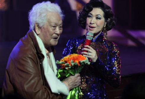 Ý Lan tặng hoa cám ơn Phạm Duy. Trong đêm nhạc, cô cũng chọn rất nhiều ca khúc của Phạm Duy để thể hiện.