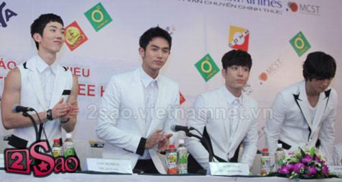 2AM quá bất ngờ vì fan Việt