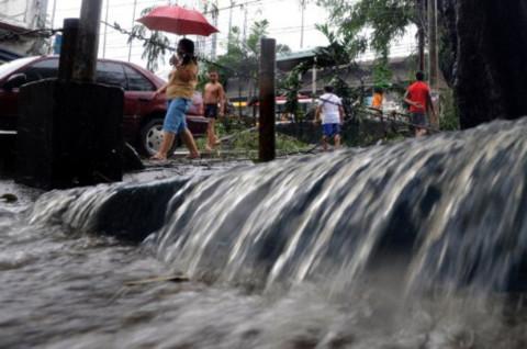 Nước lụt tràn trên đường phố thủ đô Manila của Philippines.