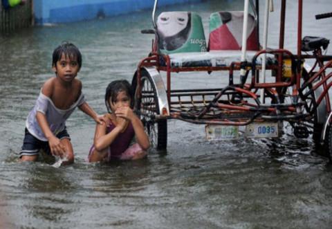 Trẻ con chơi đùa trong nước bẩn.